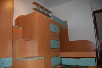 Dětský pokoj č.10 - sestava nízké a vysoké postele s úložným ...